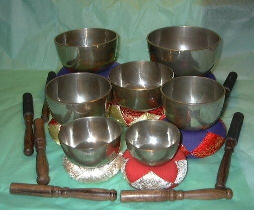 Set of 7 hand hammered singing bowls tuned to the chakra notes - 7 bowls, 7 notes